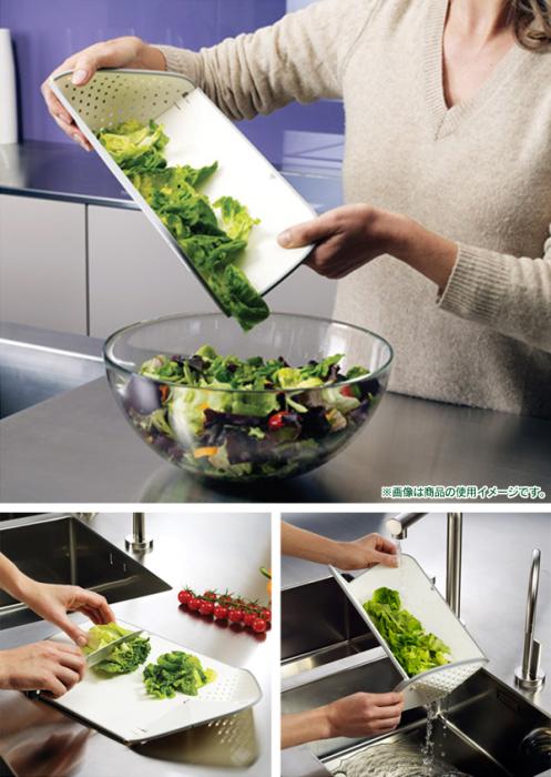 Разделочная доска, предназначенная для нарезки овощей, которая позволяет легко слить лишнюю жидкость.