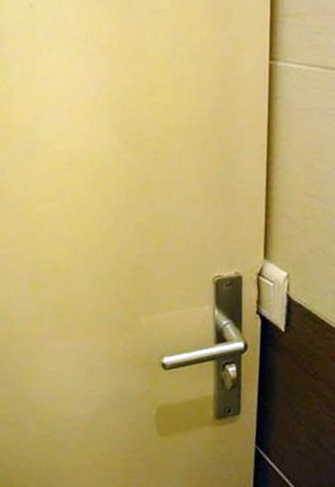 Дверь - не стенка, подвинулась... Хотя и стенка бы подвинулась бы... | Фото: Телеграф.