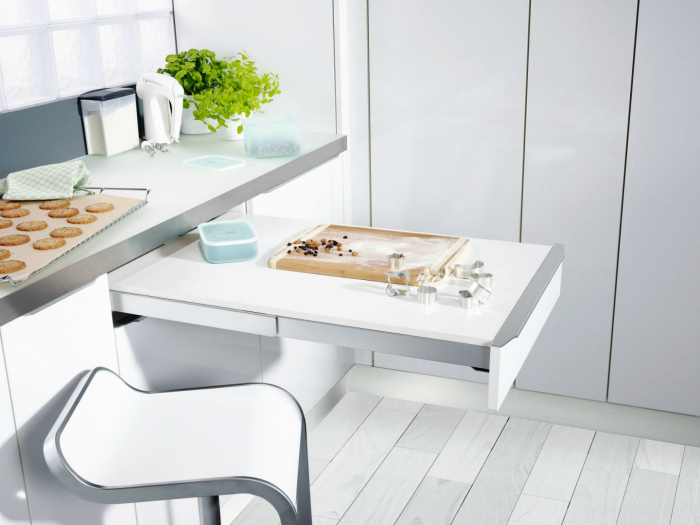 Выдвижной столик на кухне. | Фото: Pinterest.