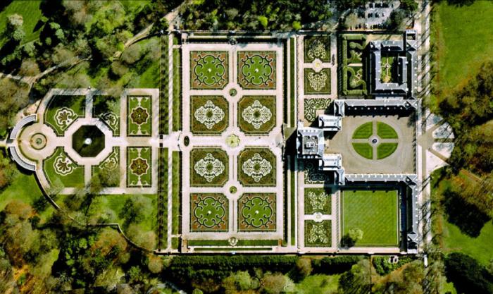 Дворец Хет-Ло в стиле барокко с идеальными симметричными дорожками, живописными цветниками с фонтанами, бассейнами и прекрасными статуями.