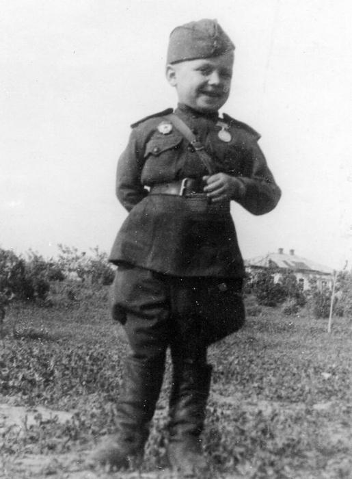 6-ти летний Сережа, солдат Великой Отечественной войны.