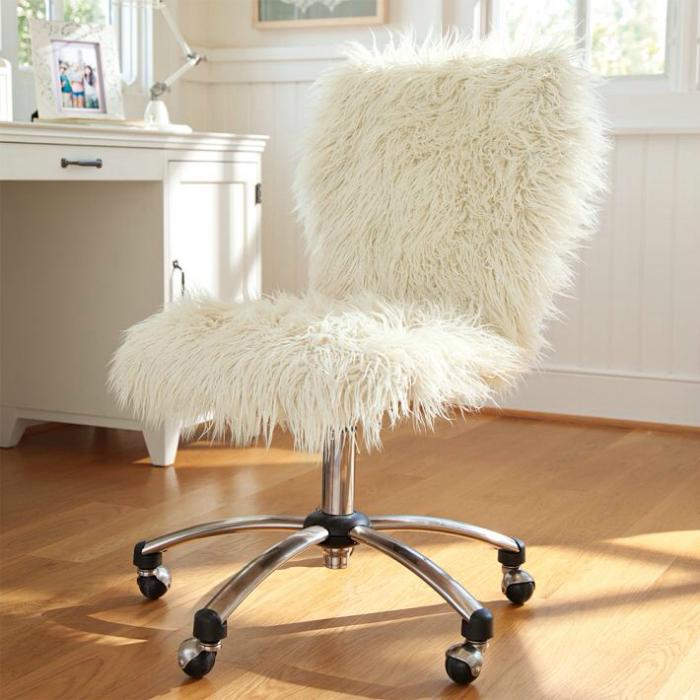 Меховая накидка на стул.