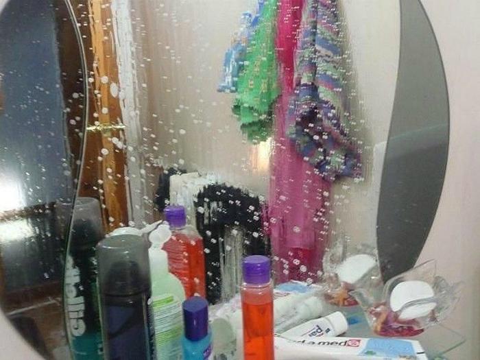 Чтобы зеркало в ванной комнате не запотевало, нанесите на его поверхность немного крема для бритья и протрите мягкой тряпкой.