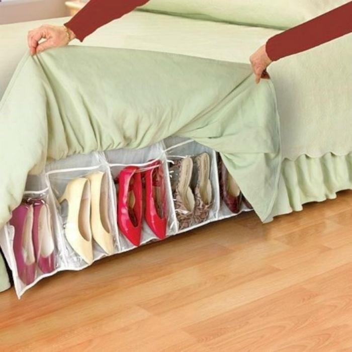 Хранение обуви в хозяйственном органайзере. | Фото: Pinterest.