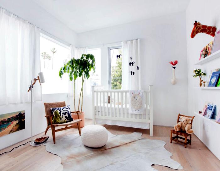Белоснежная комната с элементами тропического стиля.