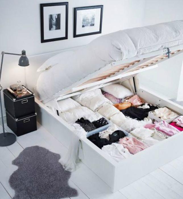 Пустоту под кроватью можно использовать с пользой для хранения различных вещей.