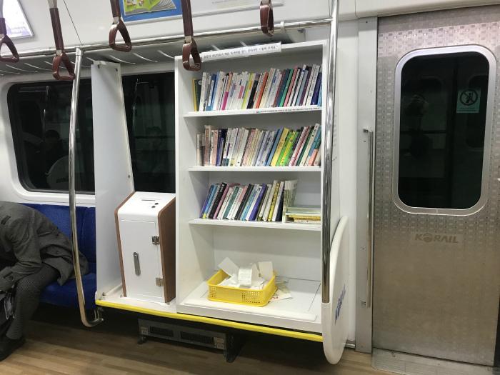 Библиотека в вагоне метро. | Фото: LinkedIn.