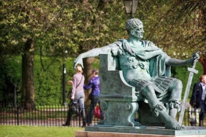 Статуя, которая обожает фотографироваться с людьми.