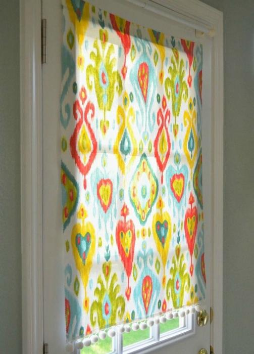 Яркие шторы на магнитах - отличный способ добавить красок интерьеру.