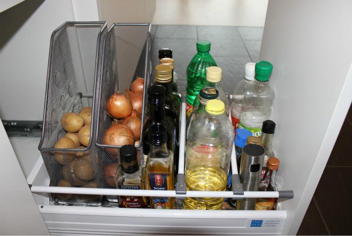 Разбить кухонные шкафчики на секции.