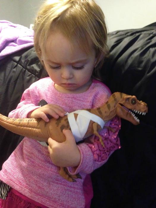 Полечила игрушку.