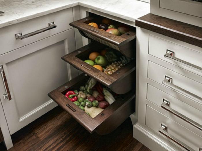 Объемные ящики можно разместить по столешницей. В них удобно хранить овощи и фрукты.