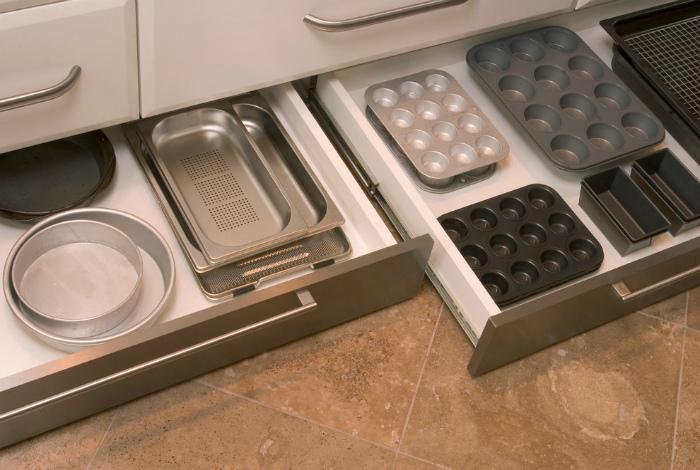 Ящики в цоколе шкафчиков. | Фото: МирТесен.