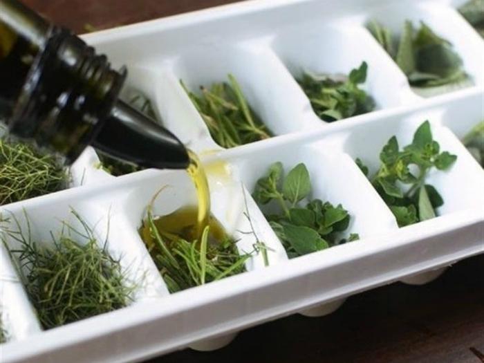 Пожелтевшую зелень сложите в формочку для льда, залейте оливковым маслом и заморозьте. Такие кубики отлично подойдут для заправки салатов, супов и соусов.