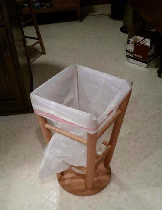 Мусорный контейнер из подручных материалов.