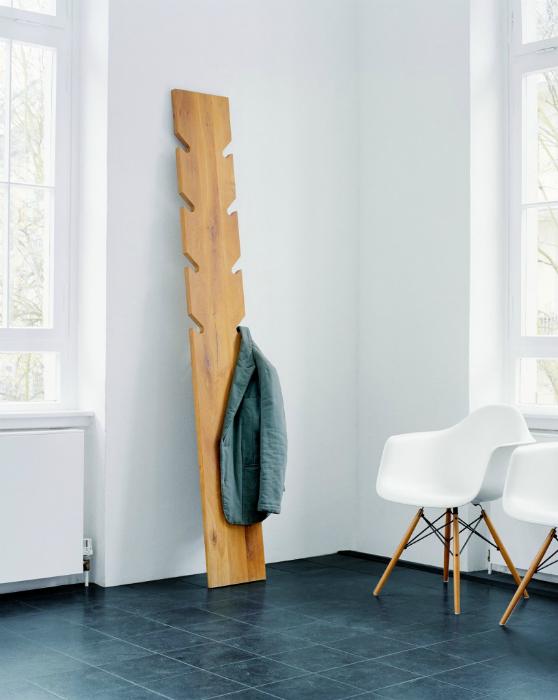 Оригинальная напольная вешалка из дерева.