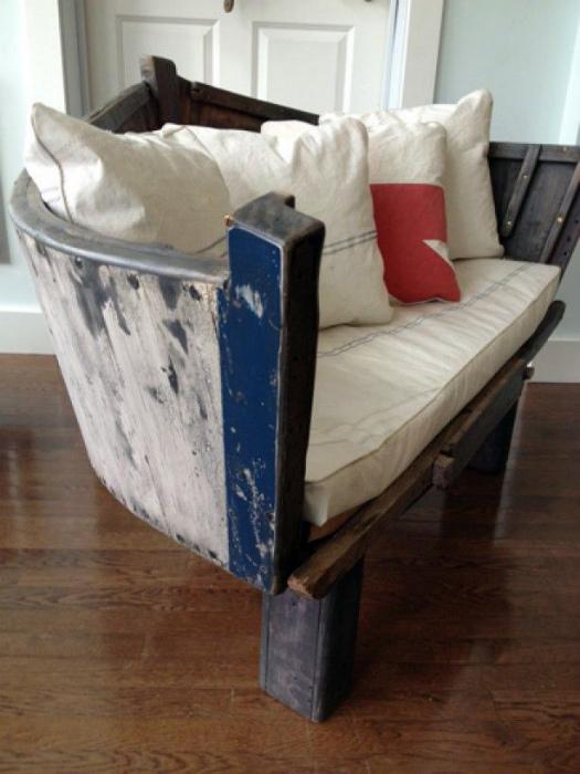 Диванчик из деревянной лодки.