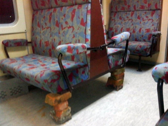 Сиденья на кирпичных ночках. | Фото: Пикабу.