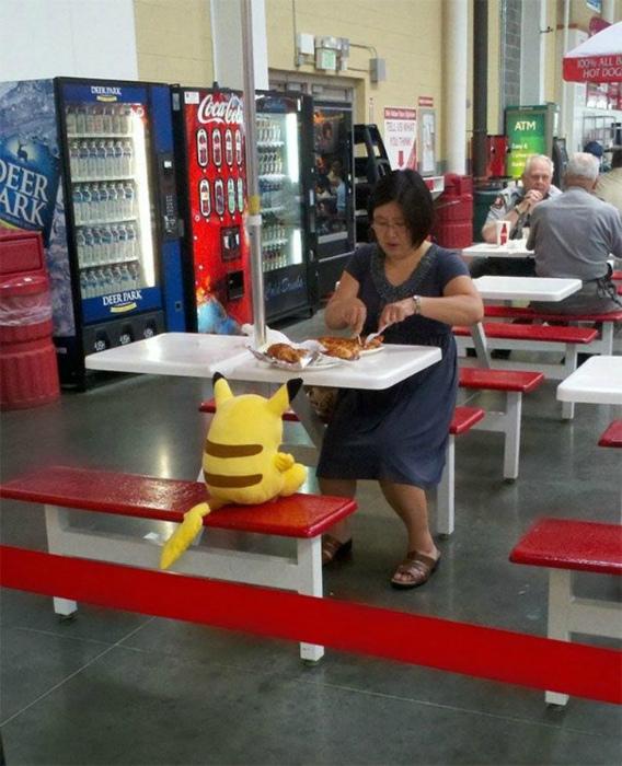 Женщина обедает с Пикачу.