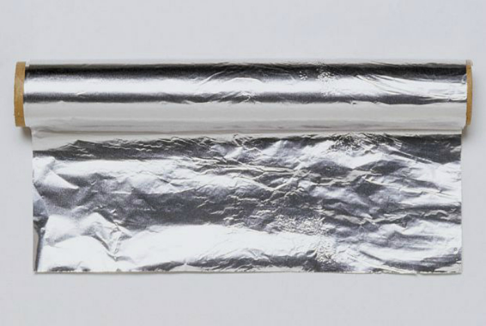 Фольга блокирует действие микроволн, поэтому не стоит разогревать еду, завернутую в фольгу, это может привести к появлению искр и возгоранию.