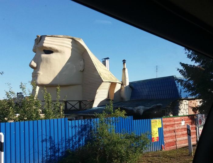 Тем временем в частном секторе где-то в России. | Фото: Тролльно.