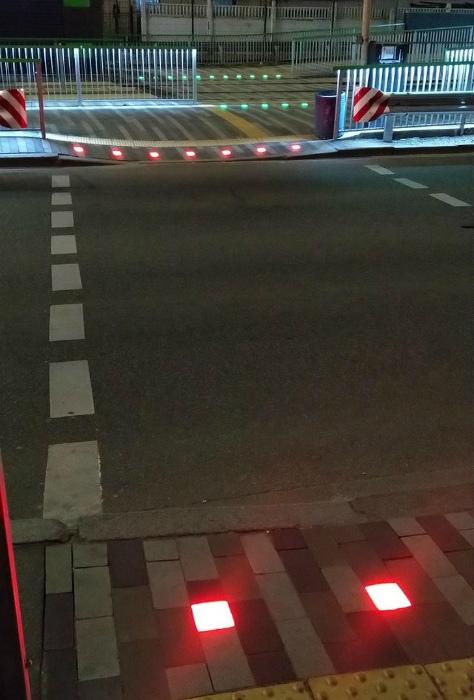 Световые датчики на переходах. | Фото: AdMe.