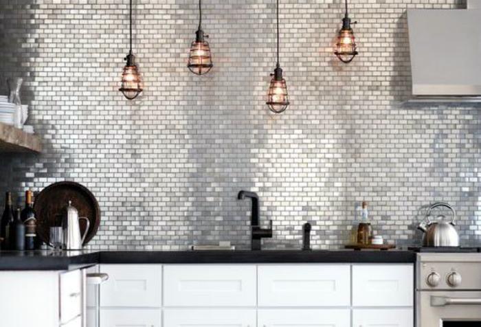 Стена, выложенная стеклянной мозаикой.