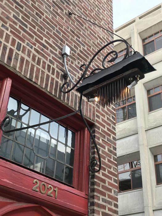 Пугающая вещица над входом. | Фото: Funon.cc.