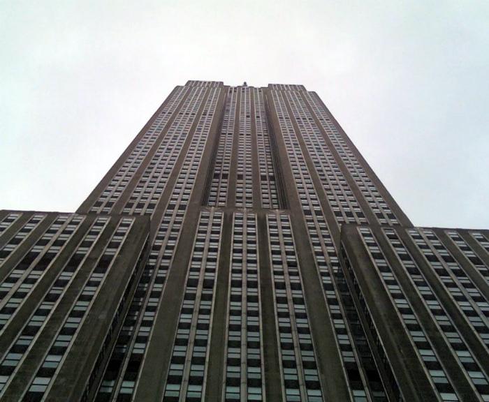 Брошенная с небоскреба монетка может убить пешехода внизу.