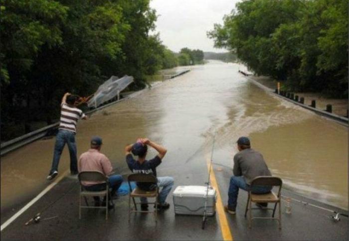 Рыбалка на затопленной дороге.
