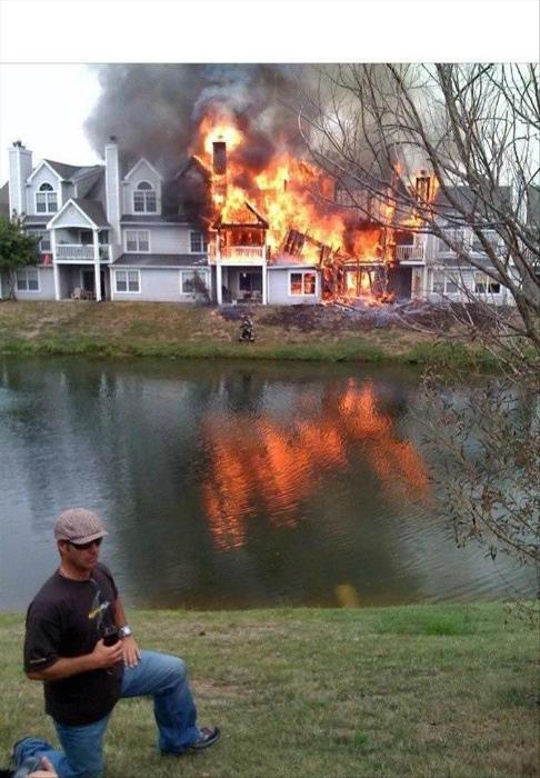 Сфотографируйте меня на фоне моего дома... Вот этого, который так быстро горит. | Фото: Smiles TV.