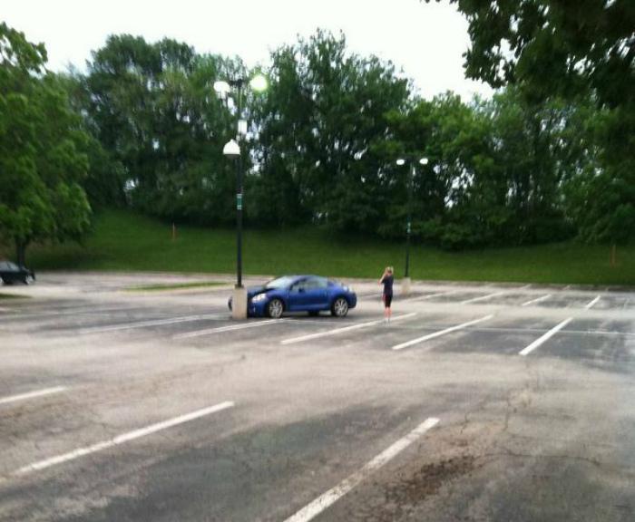 Сразу видно, у человека талант на пустой парковке взять и въехать в столб!| Фото: Люкс ФМ.