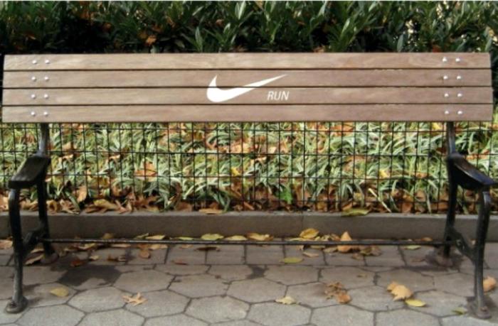 Забавная скамья без сидения от компании Nike, которая предлагает продолжить пробежку.