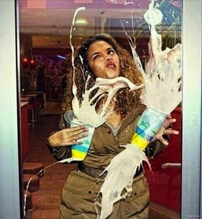 Слишком чистая дверь.