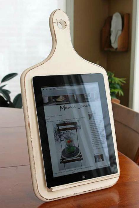 Креативная подставка для планшета из старой разделочной доски.