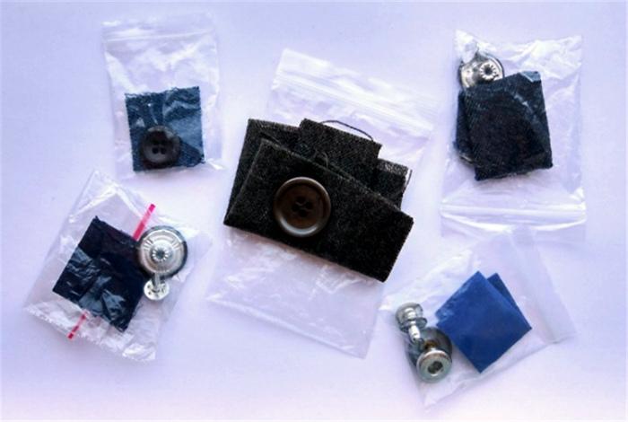 Пакетики с пуговицами и пробниками ткани.
