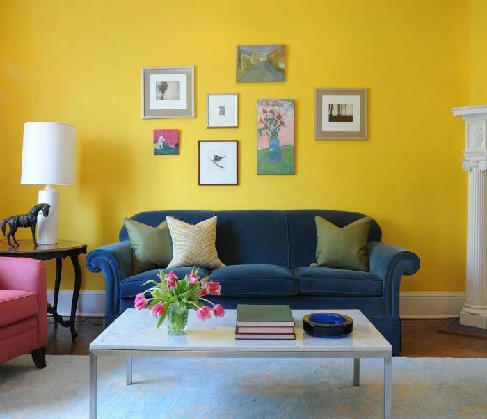Яркая гостиная с желтыми обоями.