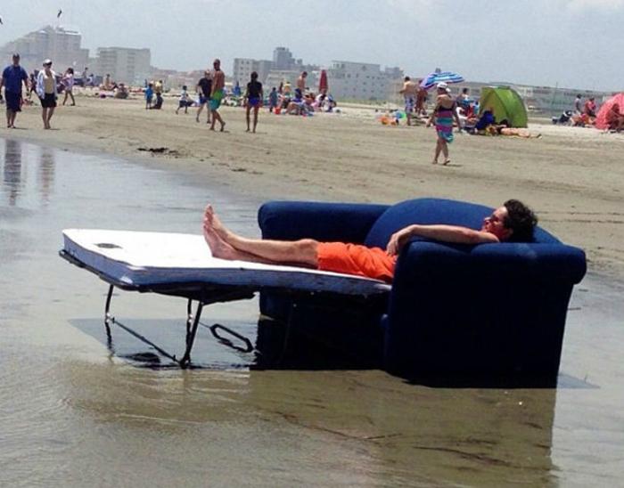 Изобретательный мужчина пришел на пляж со своим комфортабельным шезлонгом.