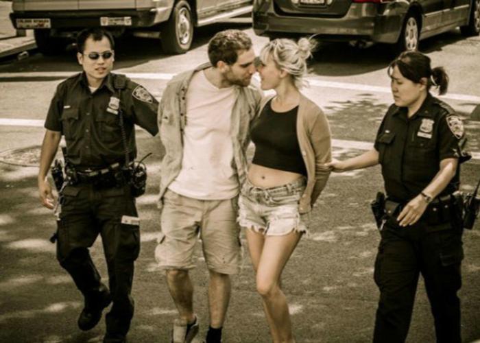 Алексис и Рассел целуются, находясь под стражей.