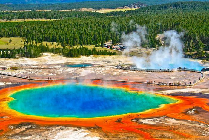 Один из крупнейших горячих источников в мире, который образовался в результате извержения самого большого вулкана около 600000 лет назад. Берега источника окрашены в ярко оранжевый цвет, а в глубине они меняют свои оттенки с желтого на пронзительно голубой.