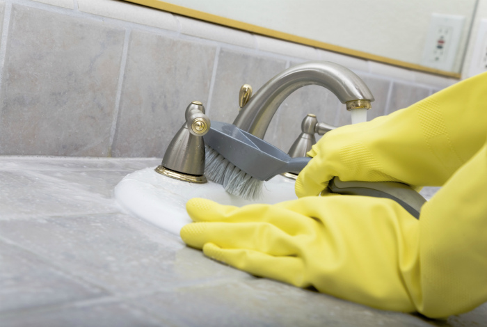 Уборка в ванной. | Фото: DekorMyHome.