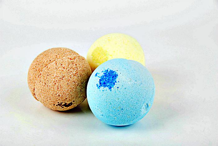 Покупные бомбочки для ванны. | Фото: Домашний Очаг.