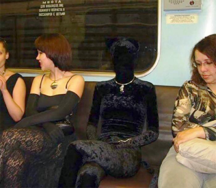 Черное пятно на сидении.