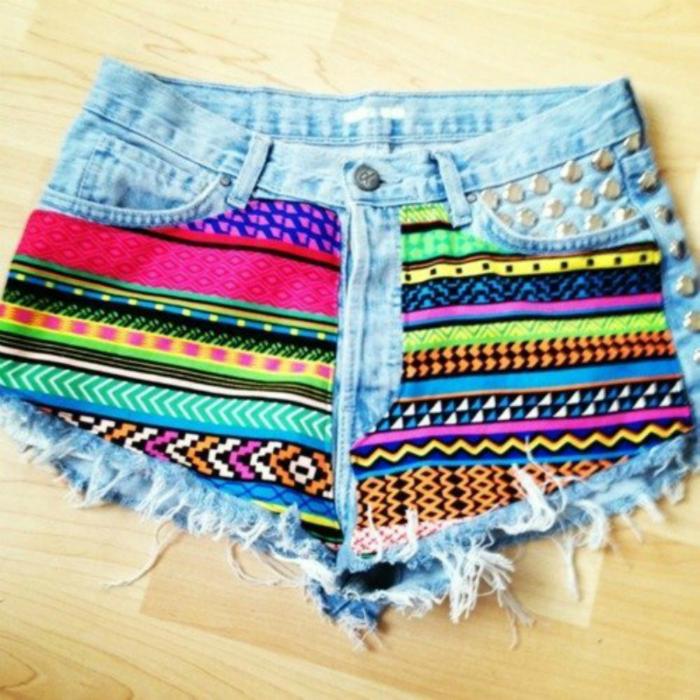 Короткие шорты с ярким декором.