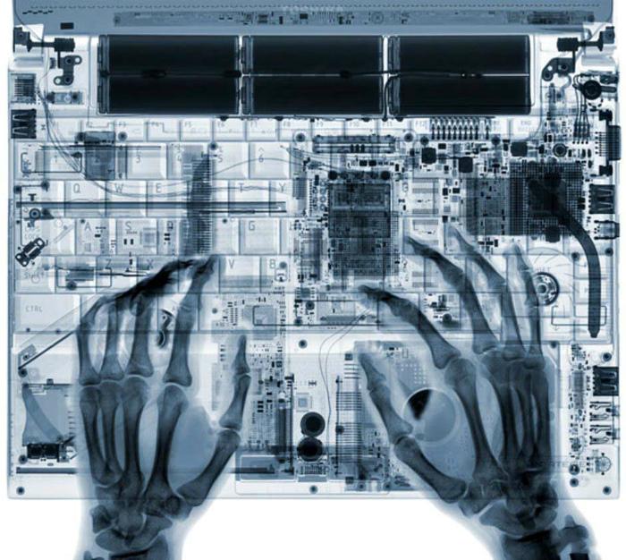Руки на клавиатуре.
