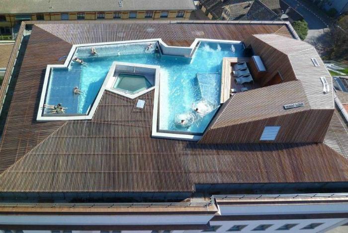 Пристройка с бассейном на крыше отеля.