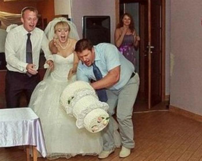 По мнению Novate.ru, это один из самых эффектных способов подачи свадебного торта. | Фото: Watson.