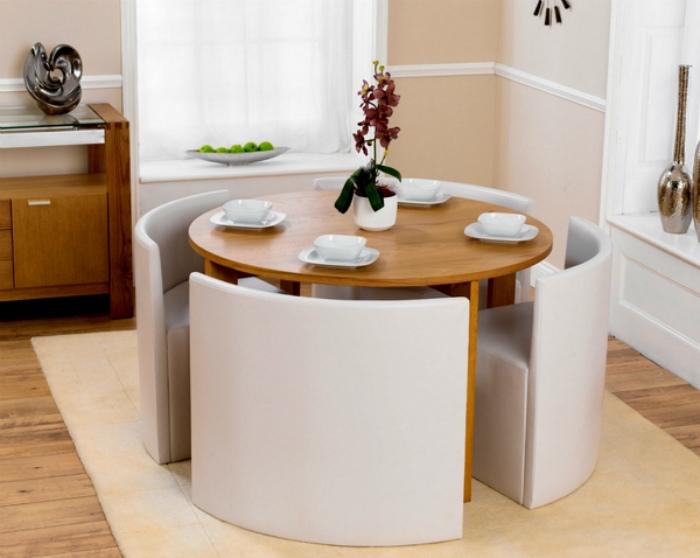 Круглый стол с комплектом стульев.