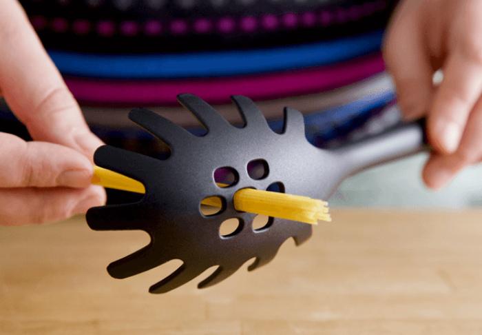 Отверстия в ложке для спагетти.