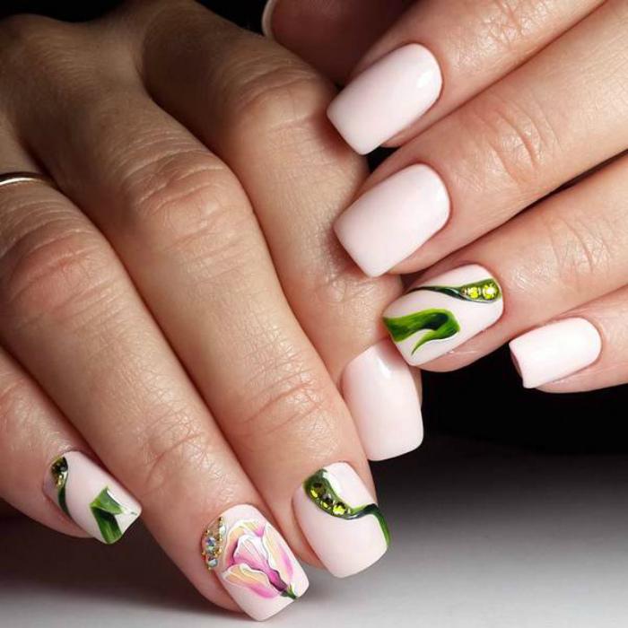 Белые ногти с декором.